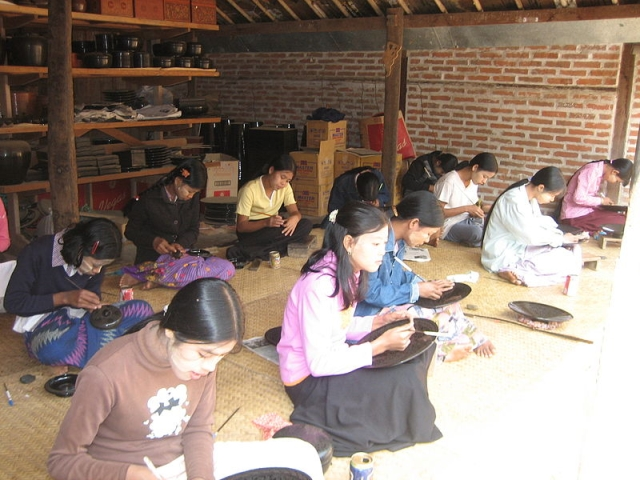 800px-Bagan-Lacquerware-Factory-Workers
